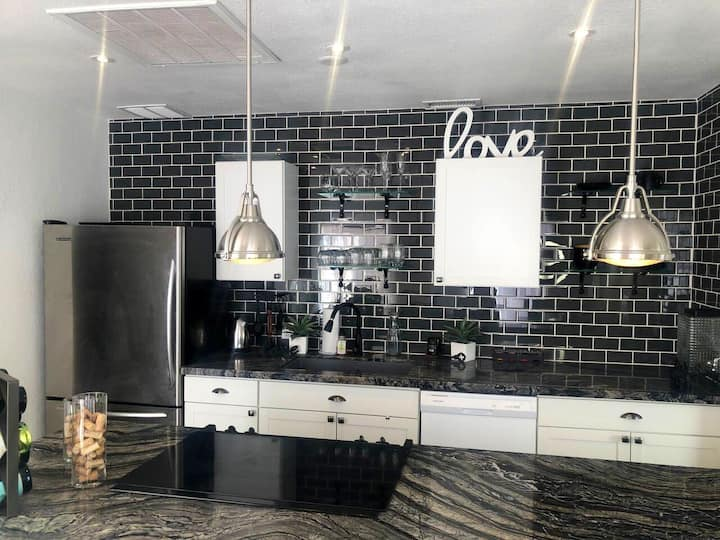 Walking distance to downtown Vegas Queen bed