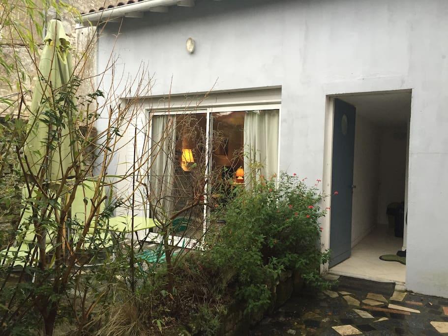 Maisonnette en 2ème de façade, très au calme, sur jardin et terrasse aménagés, au coeur de la ville et en bord de Seudre