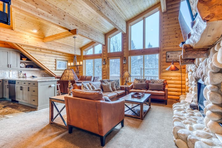 Memorable mountain condo w/shared pool, private hot tub, & mountain views
