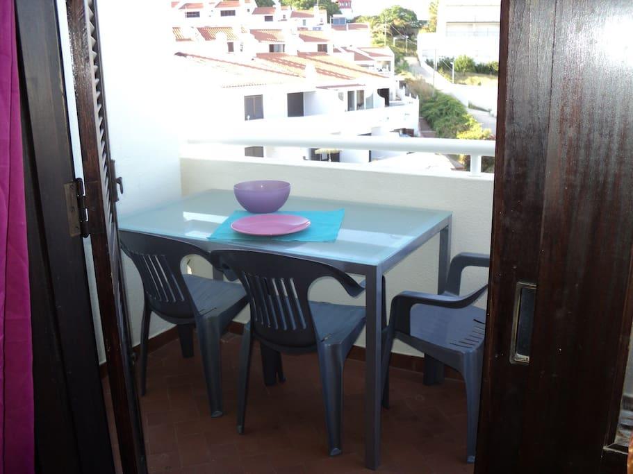 Terraço com mesa e cadeiras para desfrutar das refeições com vista mar