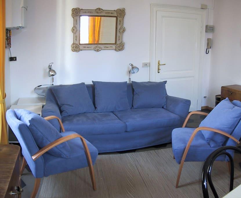 Soggiorno con divano letto/Living room with sofa bed