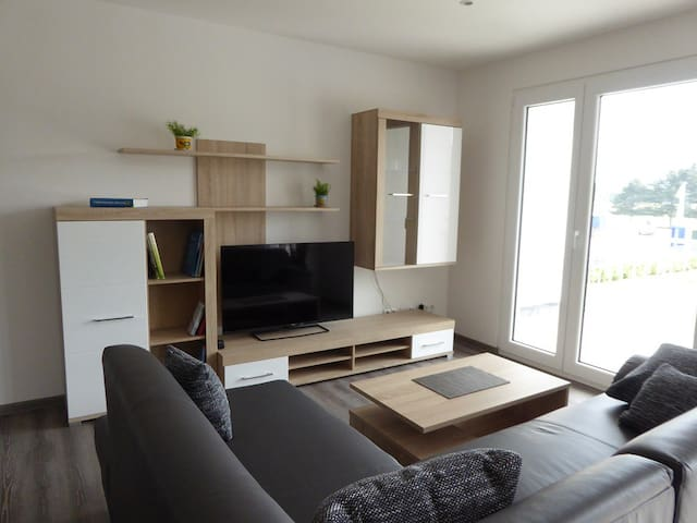 Offener Wohnraum mit Zugang zum eigenen Balkon