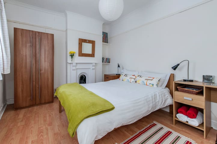 Cosy double bedroom. Southville - Bristol - Casa