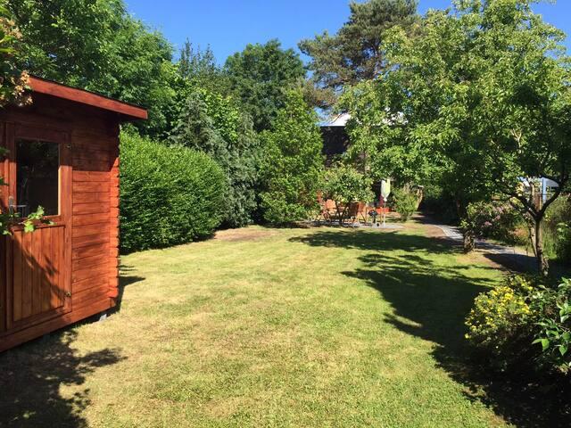 Traumgarten mit Absellmöglichkeiten im Gartenhaus, z. B. Sportutensilien
