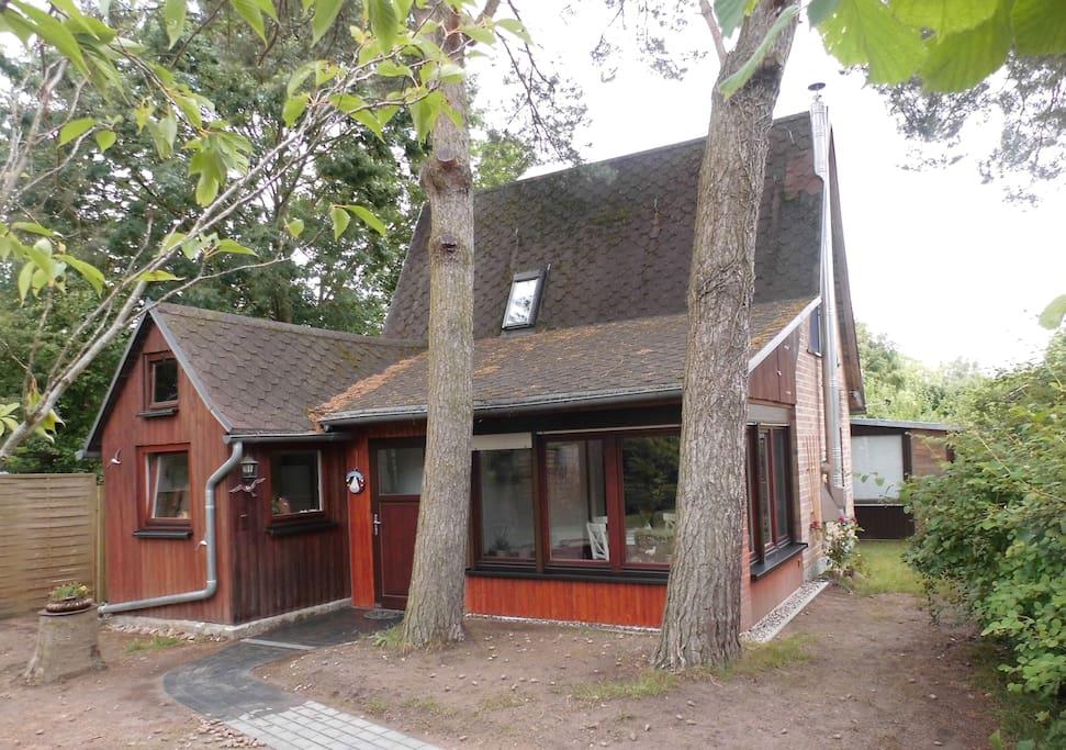 Traum-Schwedenhaus in der Seitenansicht. Auch hinter dem Haus befindet sich noch ein Garten mit Möglichkeiten zum Sonnen usw.