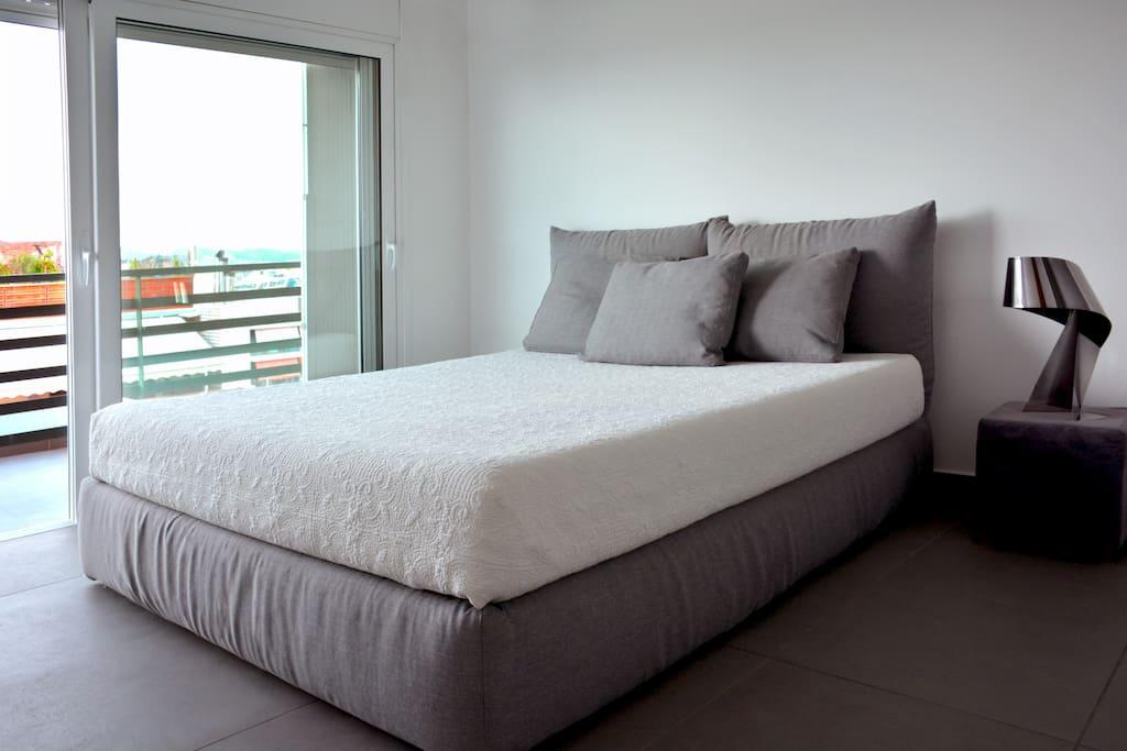 Queen size bed with smart foam mattress