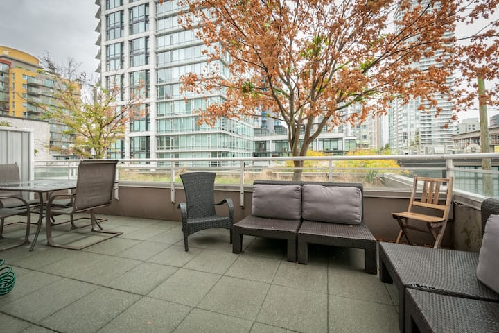 Huge Balcony! 1 Bd near Yaletown and Seawall