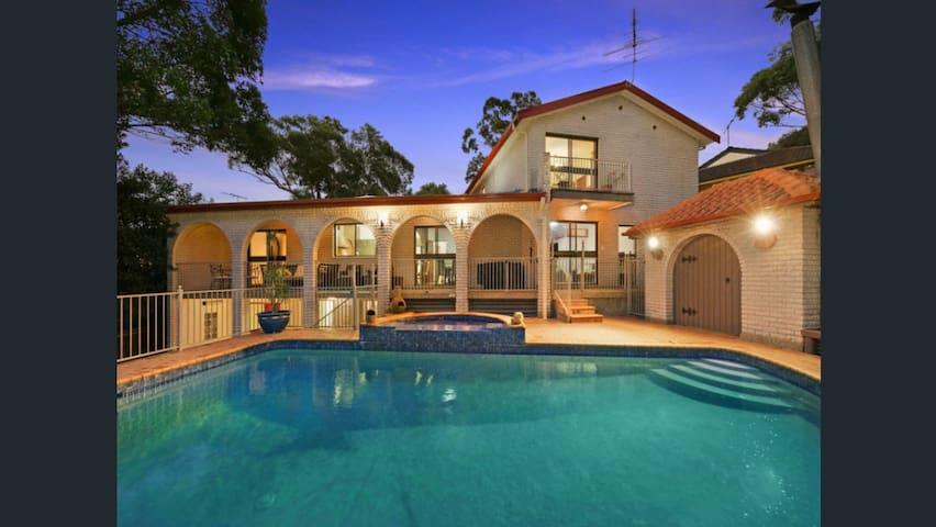 Mediterranean House - pool, BBQ room & trampoline