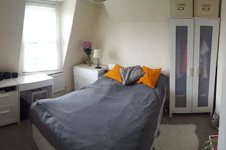 Lovely double room in spacious house - 倫敦