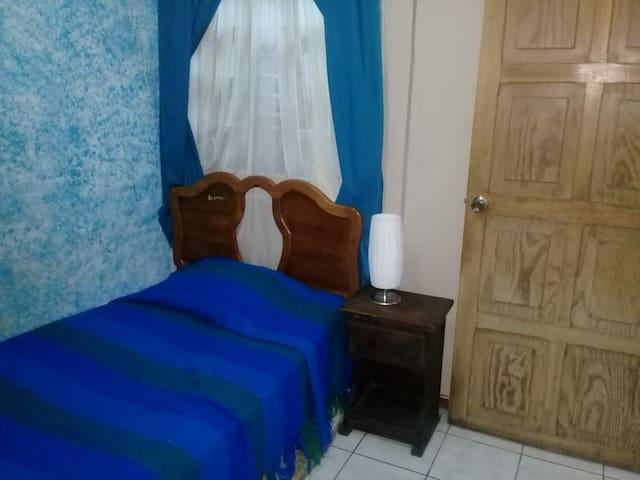 Agradable habitación, con estancia pura vida.
