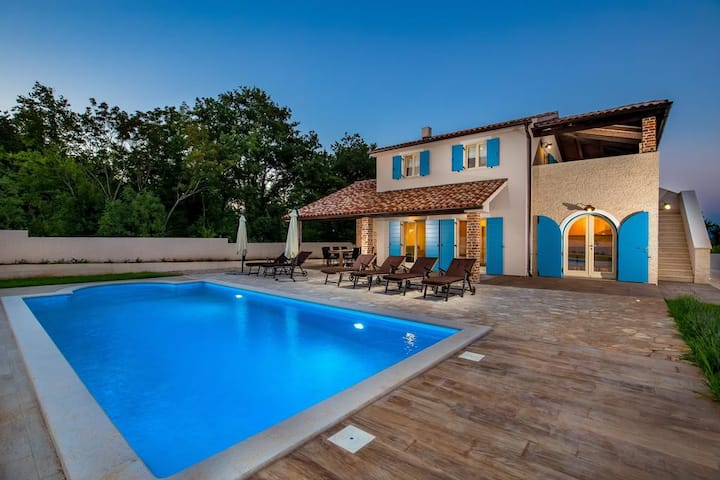"""""""1880"""" Vila for 8 people with pool"""