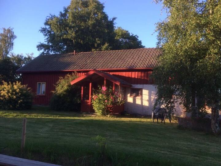Stuga på Simonsgården nära sjö.