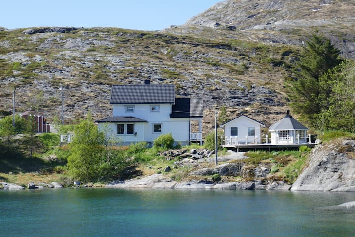 Seafront Holiday Home close to Reine, Lofoten