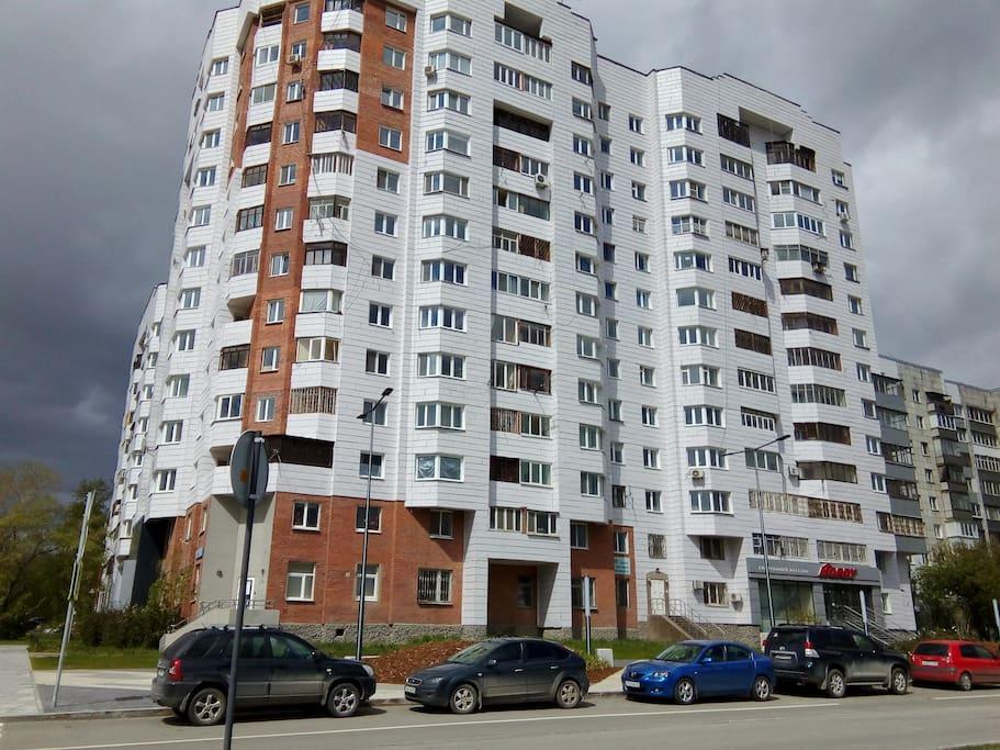 окна на 5 этаже, прямо на Екатеринбург-Арену (вид в анфас)