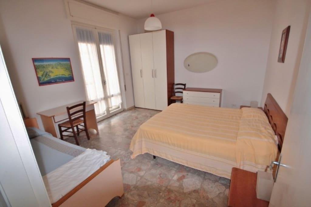 una camera da letto con 3 posti letto