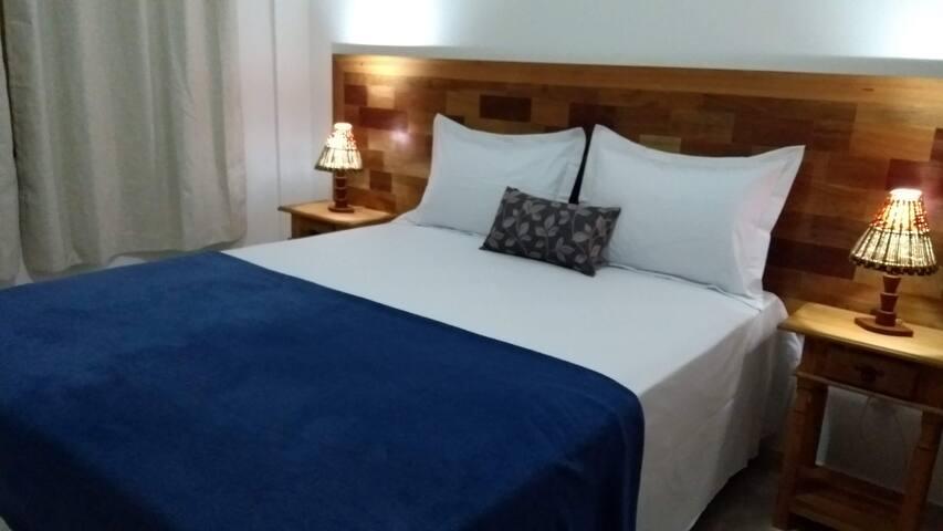 Quarto com confortável cama queen size