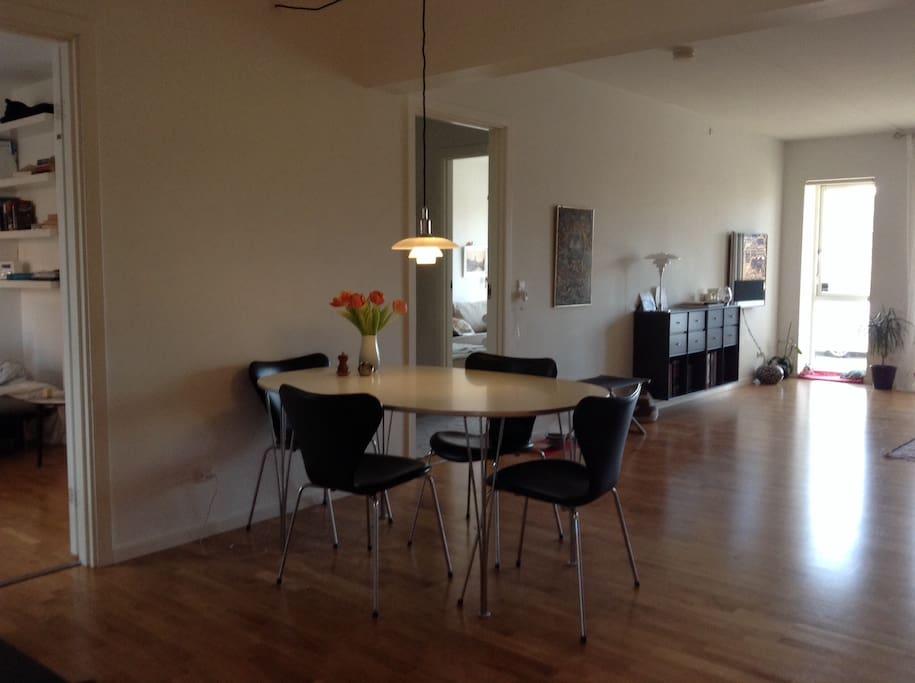 køkken, spisebord og stue