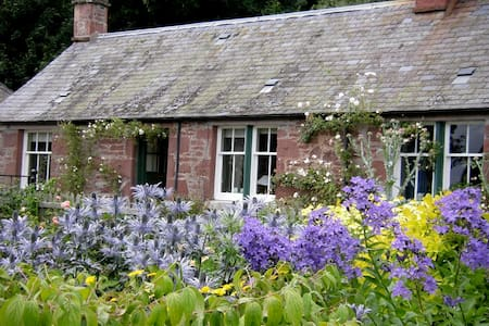 19th century farm cottage, peaceful walled garden - Airlie - Haus