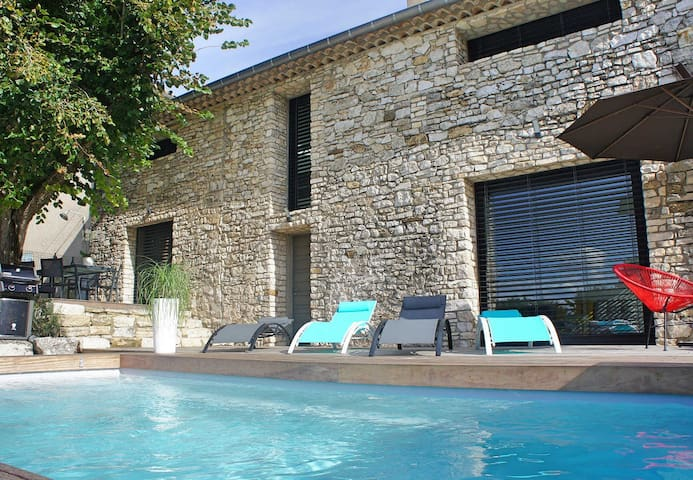 Superbly renovated stone cottage in the Luberon, heated pool