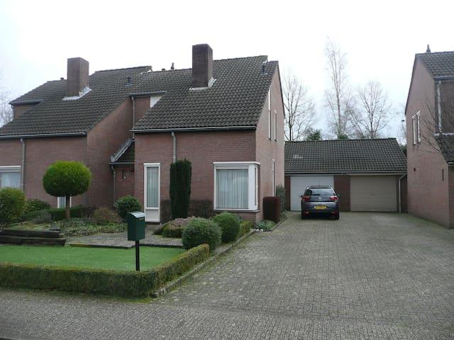 Ruime twee onder één kap woning met mooie tuin.