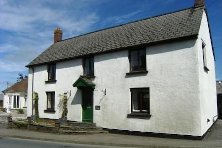 Cornwall Cottage in village nr Bude - 뷰드(Bude)