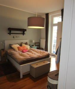 110 jähriger Altbau mit reichlich Flair - Hamburgo - Apartamento