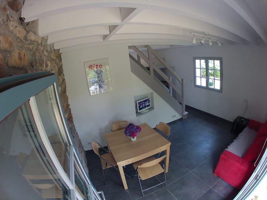 Salon moderne équipé d'un canapé clic-clac