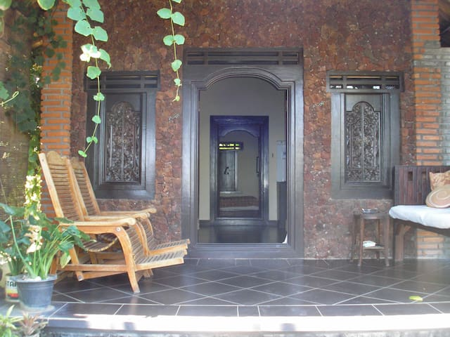 maison de style balinais sur le front de mer maisons louer amed indon sie. Black Bedroom Furniture Sets. Home Design Ideas