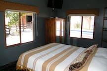 Habitación en planta baja, cama matrimonial.