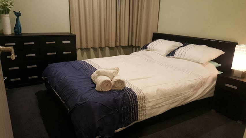 @ Queenbed cosy room in a modern home free Wifi