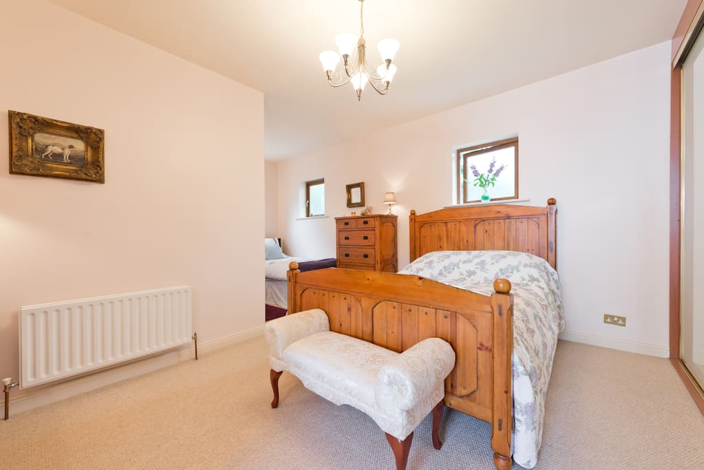 Barrow Room 35 sq m with King sized and single bed Wifi & TV