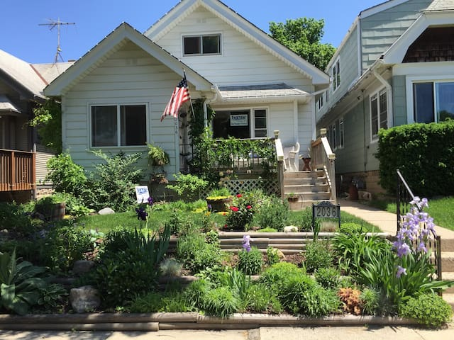 Quiet Bungalow (Pet Friendly) - West Allis