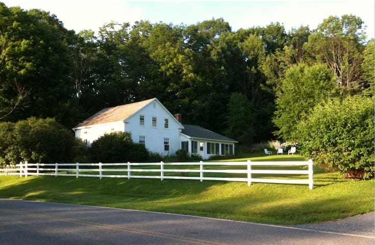Idyllic 5BR Farmhouse on 290 acres - Bennington