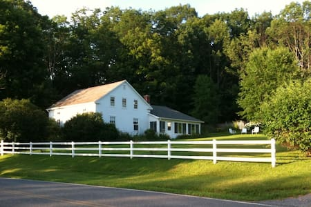 Idyllic 5BR Farmhouse on 290 acres - Bennington - 独立屋