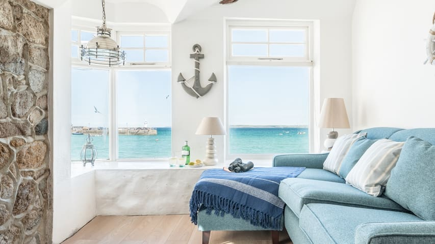 Lantern Loft is a sea front cottage in the heart of St Ives, very short walk to harbour front. Free WiFi