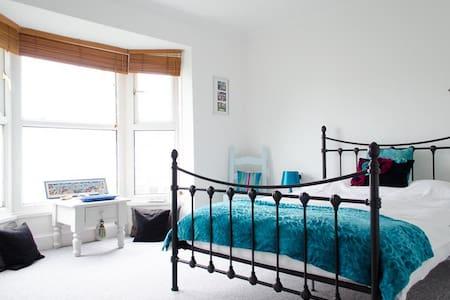 DOUBLE BEDROOM @ SEASIDE SLEEPS 2 - Maison
