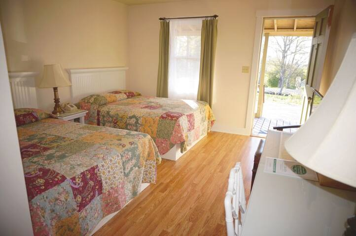 Private room/bath w/ 2 beds at Camden lodge - Camden - Bed & Breakfast