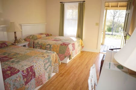 Private room/bath w/ 2 beds at Camden lodge - Camden
