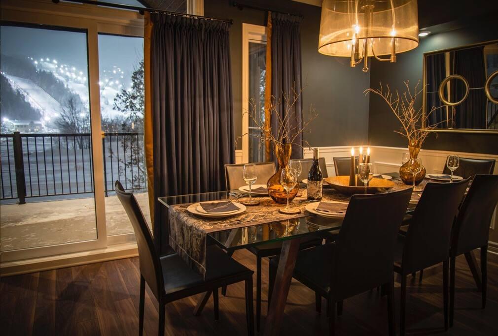 Salle à manger pouvant recevoir 8 invités/ 8 guests Dining Room