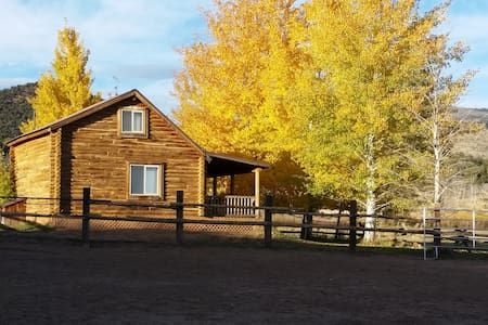 Cozy Western Style Log Cabin - Whiterocks - Stuga