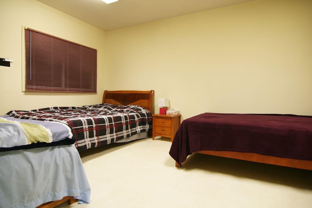 Bedroom 1: 2 queen, 1 single bed