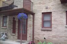 Charming 1 bdrm lower in the Grove