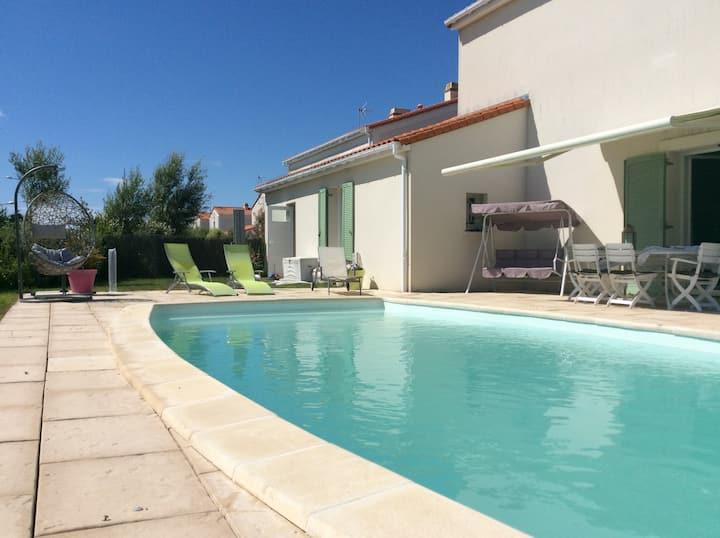 Agréable maison avec piscine, à 300m de la plage