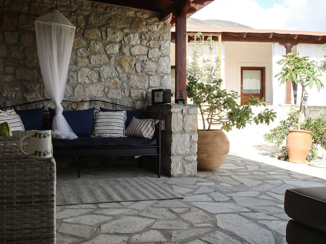 Quiet, charming country house. - Zákros - Casa