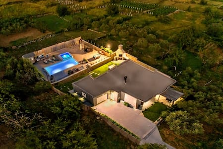 DISCOUNTED!!Luxury Villa,private heated pool.Sauna