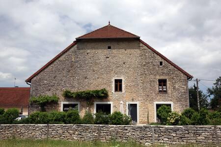 Grande chambre dans ferme restaurée