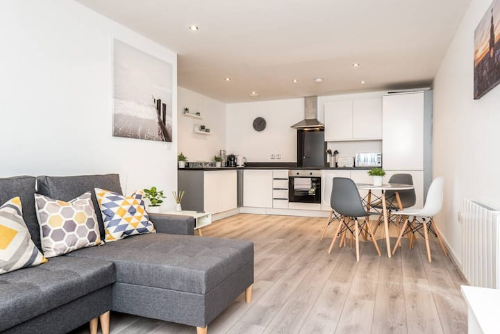 Beautiful & Cosy Apt. in City Centre- Sleeps 6 with Free Parking!