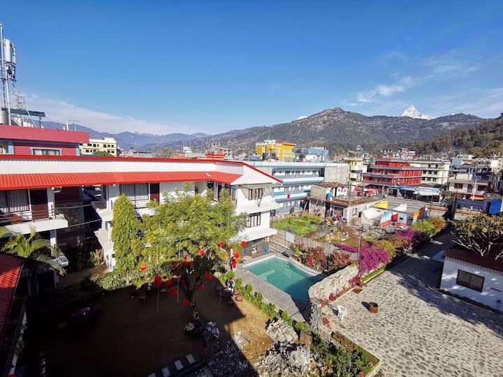 安静的花园,多样的早餐,精致的布置。喝茶,发呆,游泳,瑜伽。距离费瓦湖步行三分钟,周边餐厅咖啡馆。
