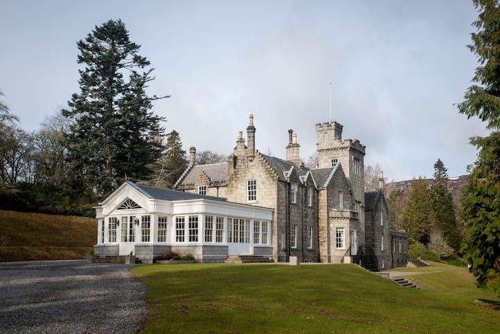 Glentruim Castle - Luxury B&B in heart of Scotland - Highland - Slott