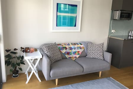 Modern CBD Studio, With a Touch of Character - Wellington - Apartamento